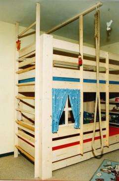 abenteuerbetten kinderhochbetten als spielparadies mit dachkulisse gaube und rutsche. Black Bedroom Furniture Sets. Home Design Ideas