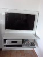 Blick auf ein TV-Lowboard, daß mit einer vorhandenen Bücherregalwand verbunden wurde.