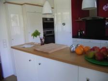 Blick in eine nach Mass angefertigte Küche mit in einer Ecke eingebautem betretbarem Vorratsschrank.